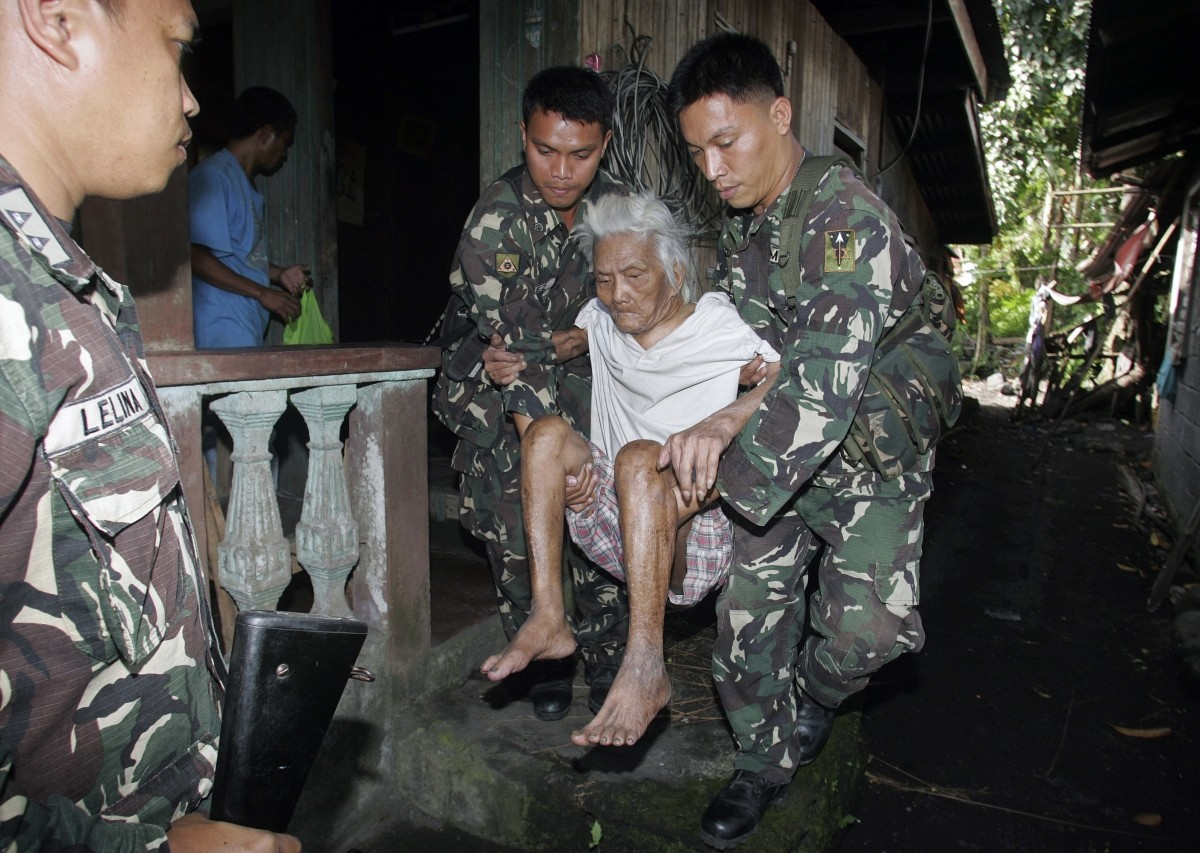 Soldiers evacuate residents from danger zones near Mayon volcano