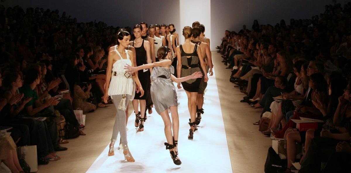 Epic Supermodel Catwalk Fails of All Times [PHOTOS ...