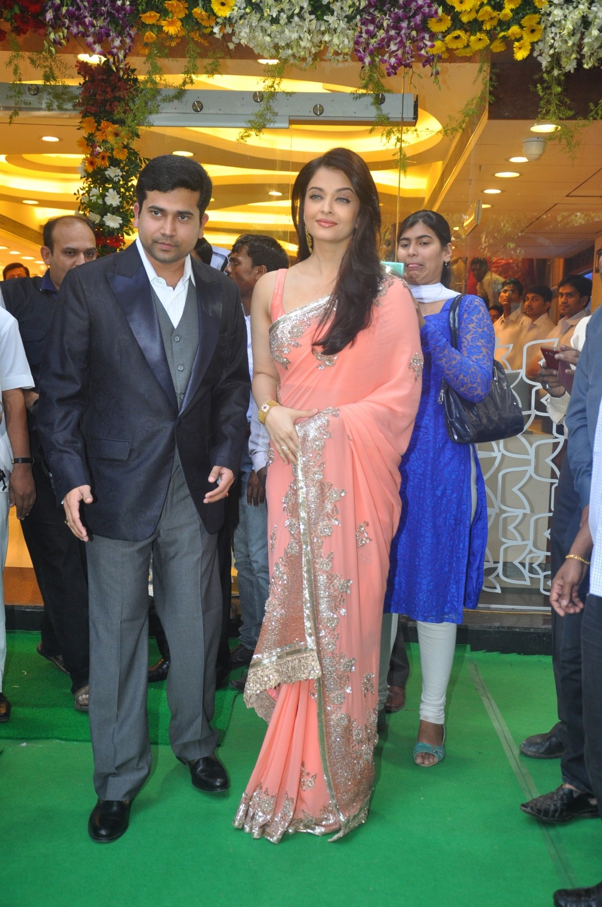 Aishwarya Rai Bachchan inaugurates Kalyan Jewellers New Store in Mumbai