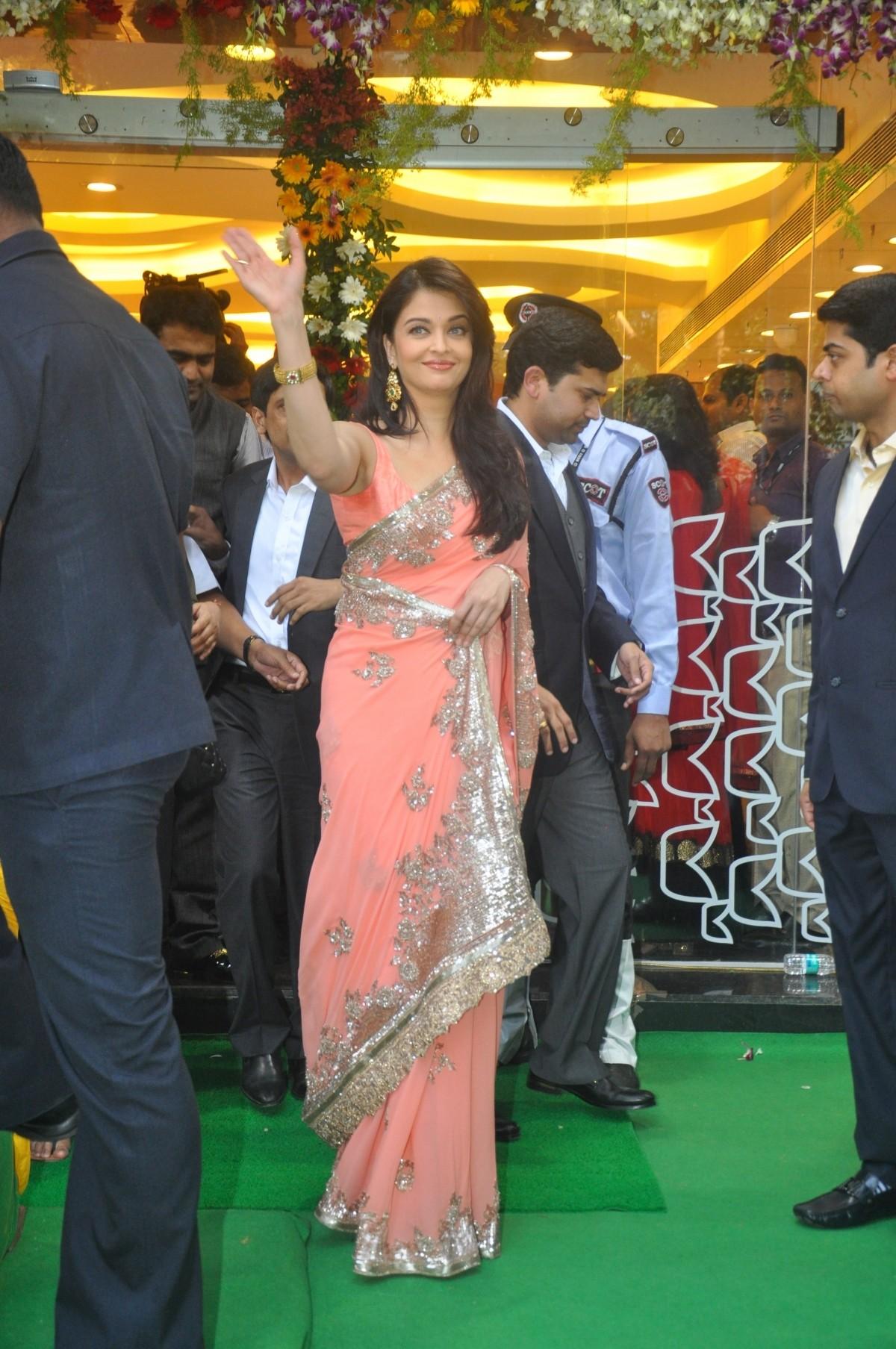 Aishwarya Rai Bachchan inaugurates Kalyan Jewellers New Store