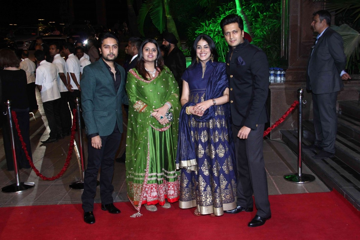 Cute Pictures of Riteish Deshmukh and Mom – To – Be Genelia at Arpita Khan's Wedding Reception go Viral