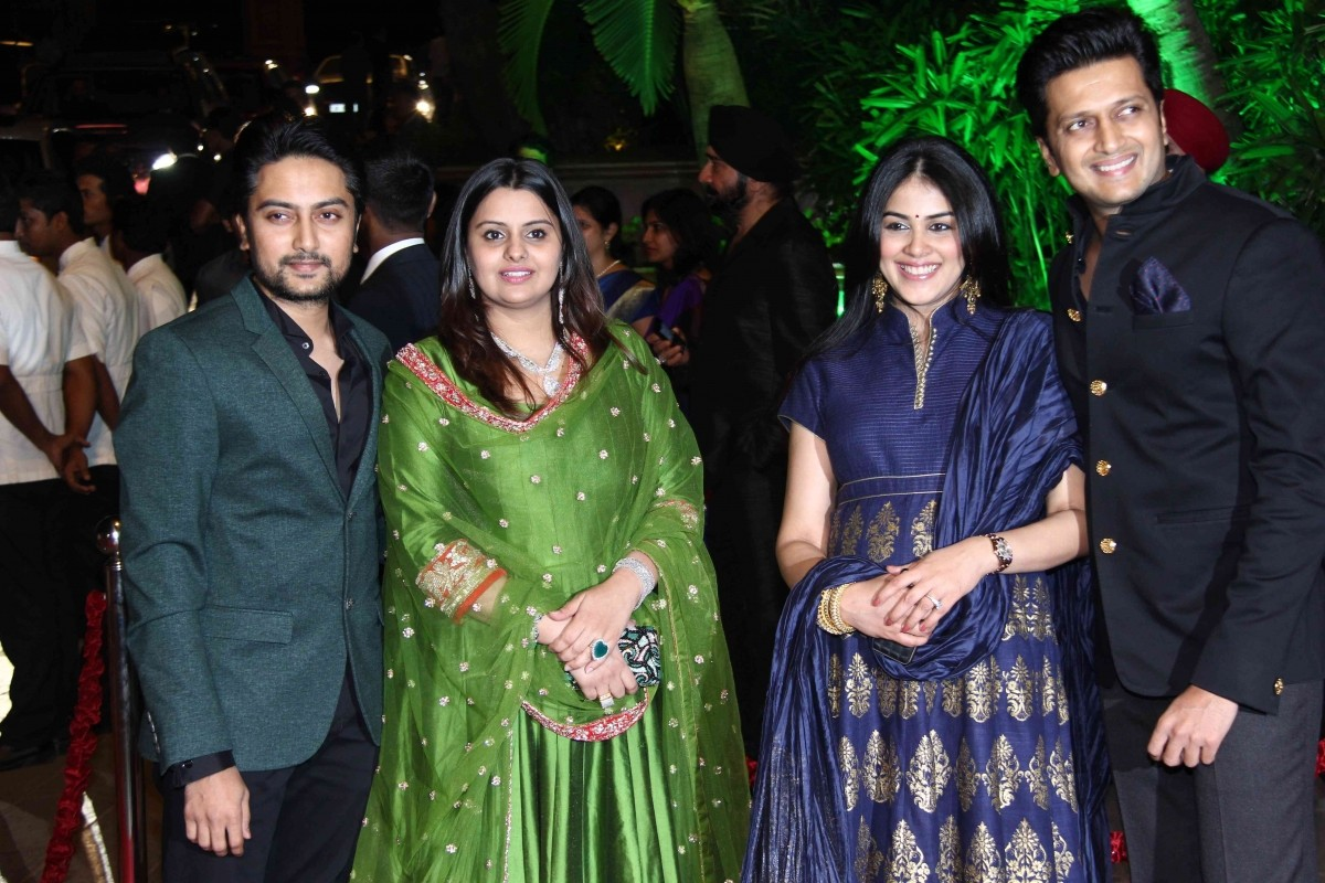 Cute Pictures Of Riteish Deshmukh And Mom To Be Genelia At Arpita Khans Wedding