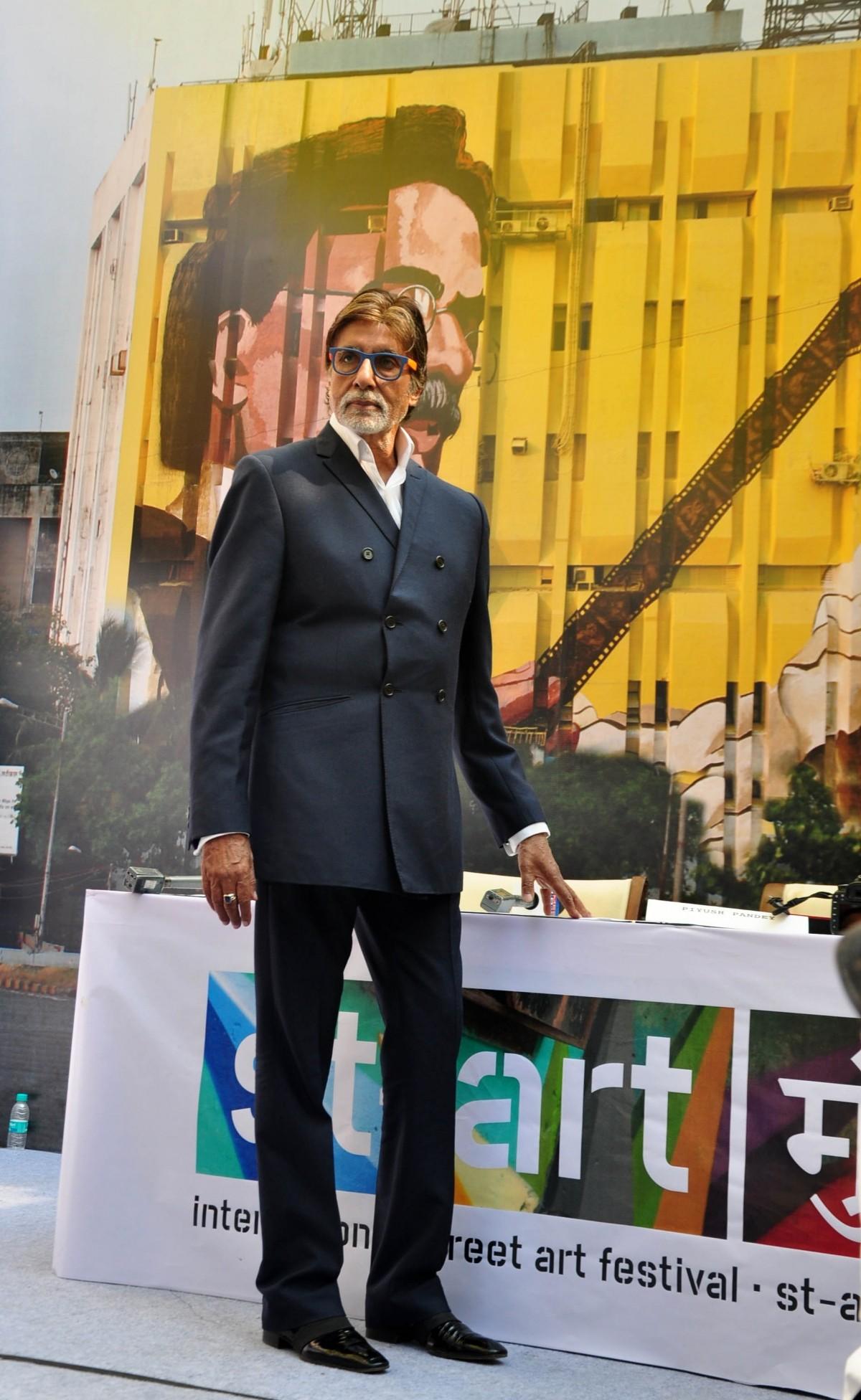 Amitabh Bachchan Unveils Gigantic Mural of  'Dada Saheb Phalke'