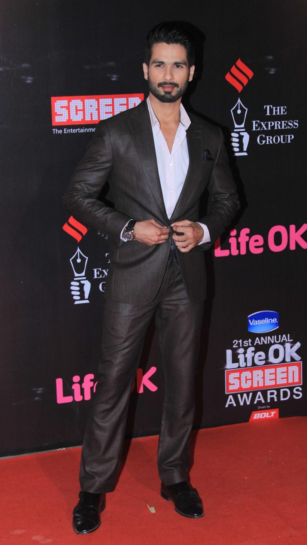 21st Life OK Screen Awards: Deepika Padukone, Priyanka Chopra, Shahid Kapoor and Other Stars Walk the Red Carpet