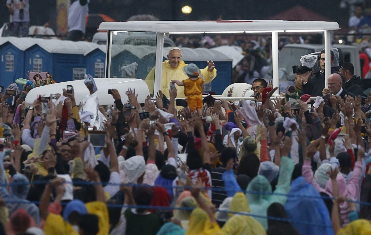 Record-breaking crowd at Pope's Sunday Mass