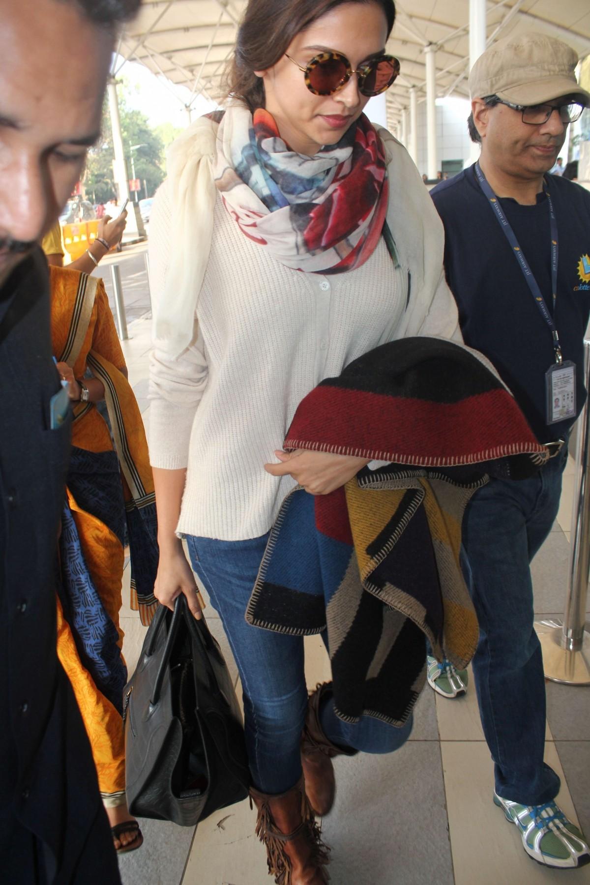Deepika Padukone, Vivek Oberoi, Jaya Bachchan and Other Celebs Spotted at Mumbai Airport