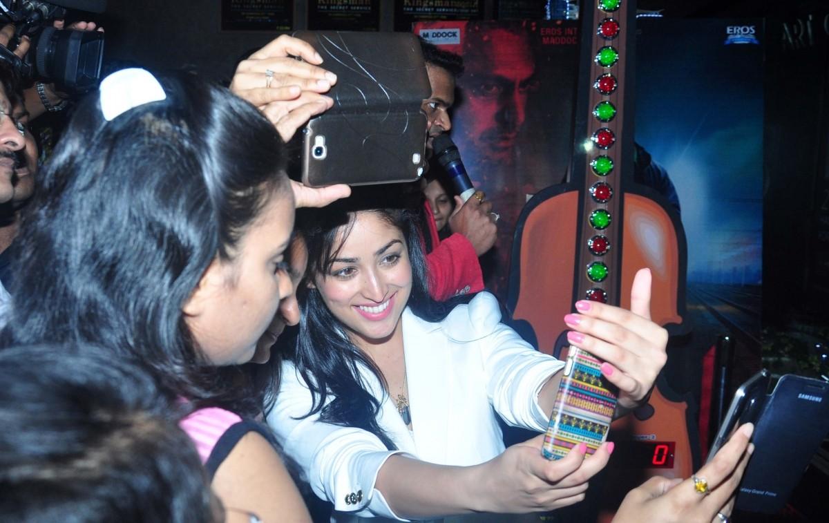 Yami Gautam taking selfie with her fans