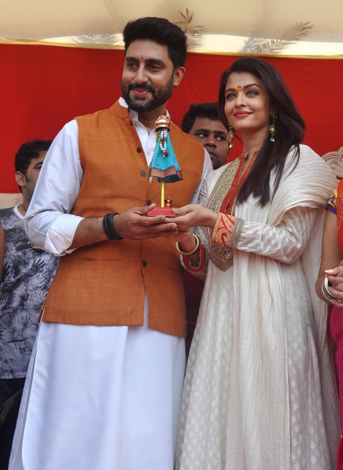 Aishwarya Rai Bachchan Celebrates 'Gudi Padwa' with Abhishek Bachchan; Couple Looks Stunning Together
