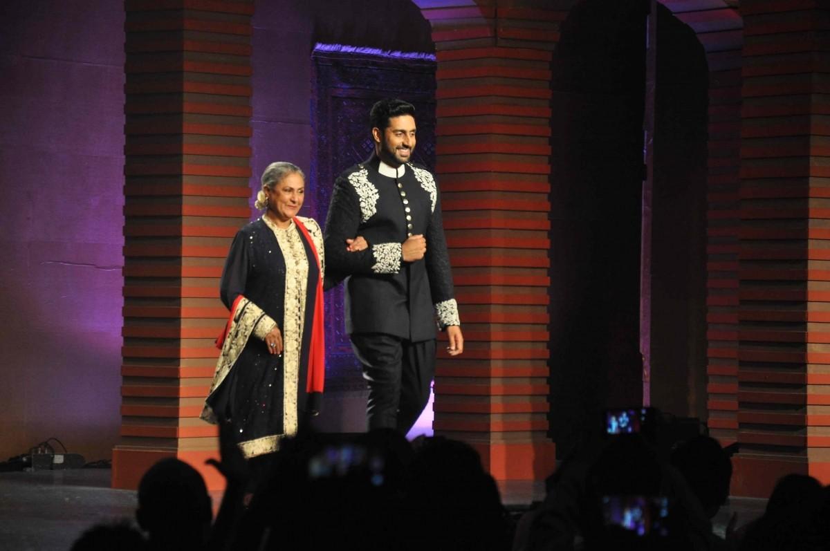 Mijwan 2015: Sonam Kapoor, Sonakshi Sinha, Abhishek Bachchan Walk The Ramp With Their Star Parents [PHOTOS]