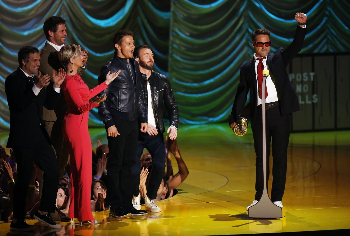 Robert Downey Jr Accepts the MTV Generation Award from 'Avengers' co-stars