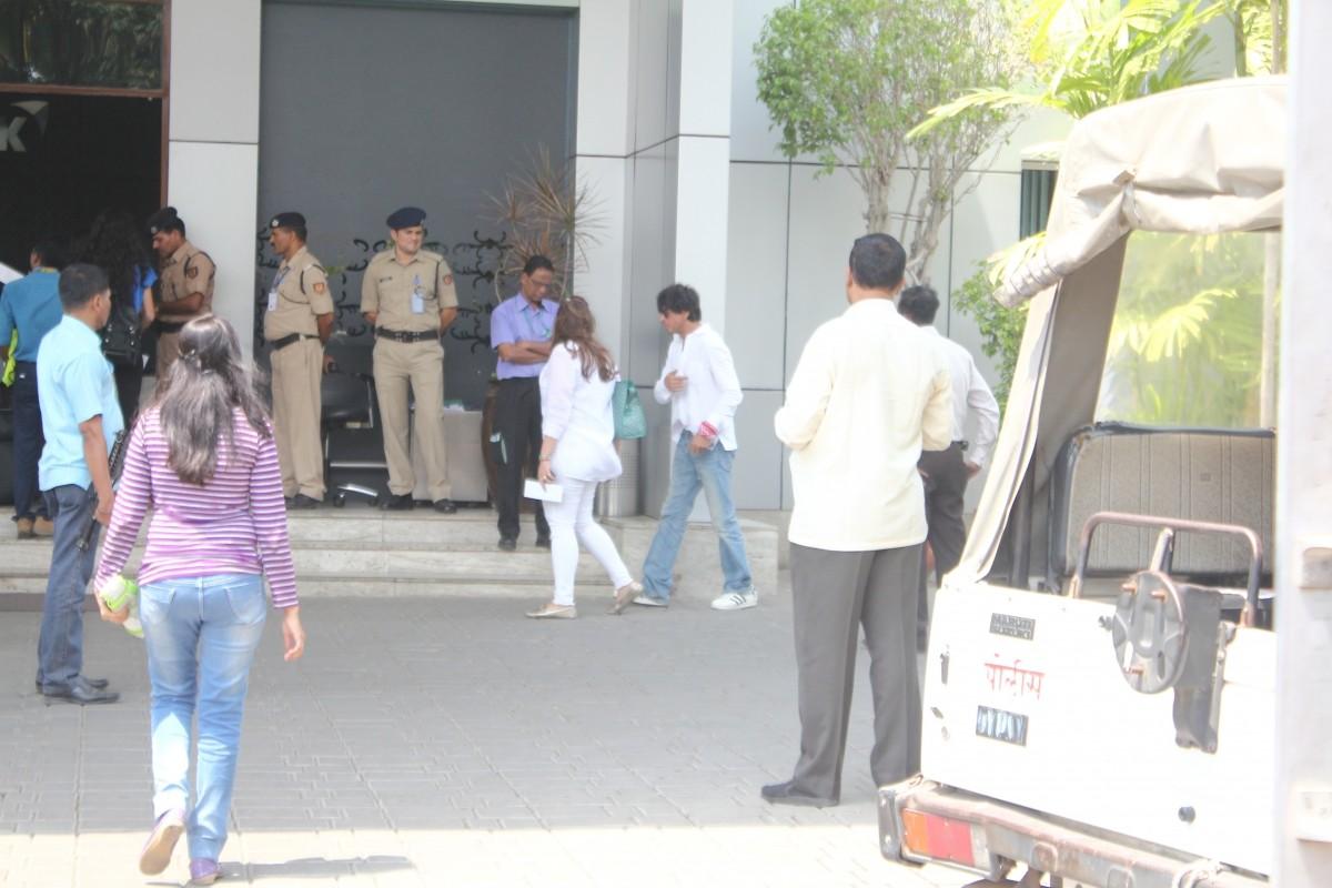 Shah Rukh Khan with wife Gauri Leaves for Goa