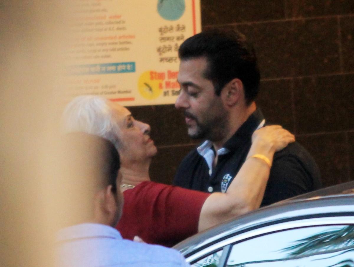Kareena Kapoor Khan, Varun Dhawan, Hrithik Roshan and Other Celebs Visit Salman Khan's Residence