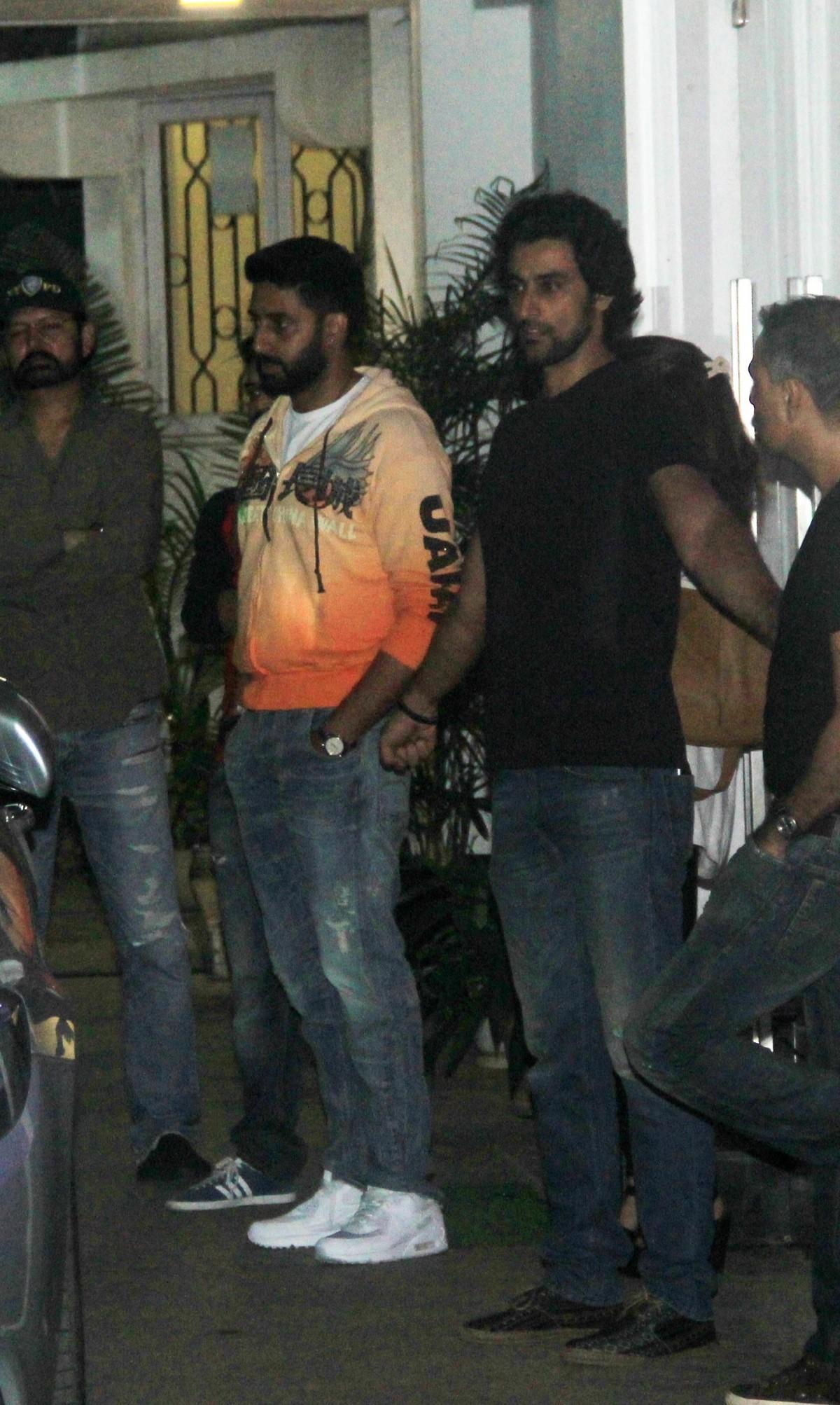 Aishwarya Rai, Abhishek Bachchan Watch 'Piku'