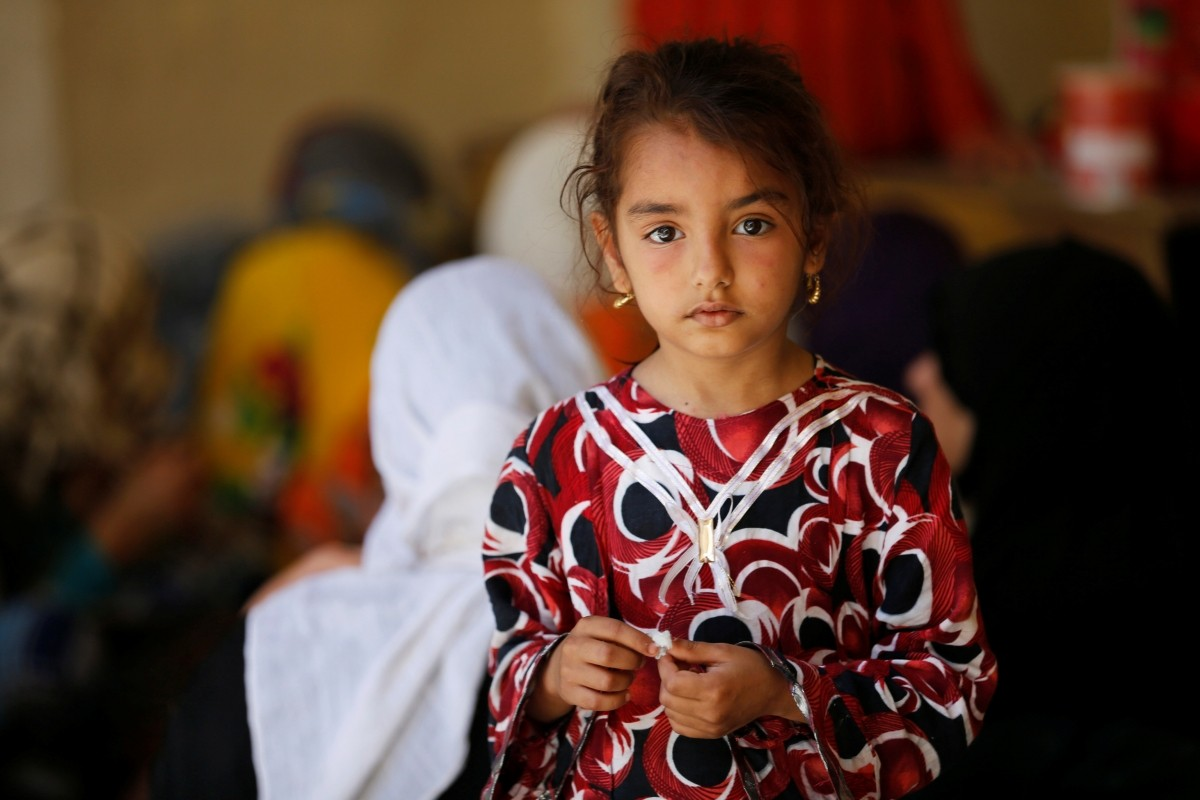 An Iraq girl who has fled home due to the clashes on the outskirts of Falluja, gather in the town of Garma, Iraq, May 30, 2016.
