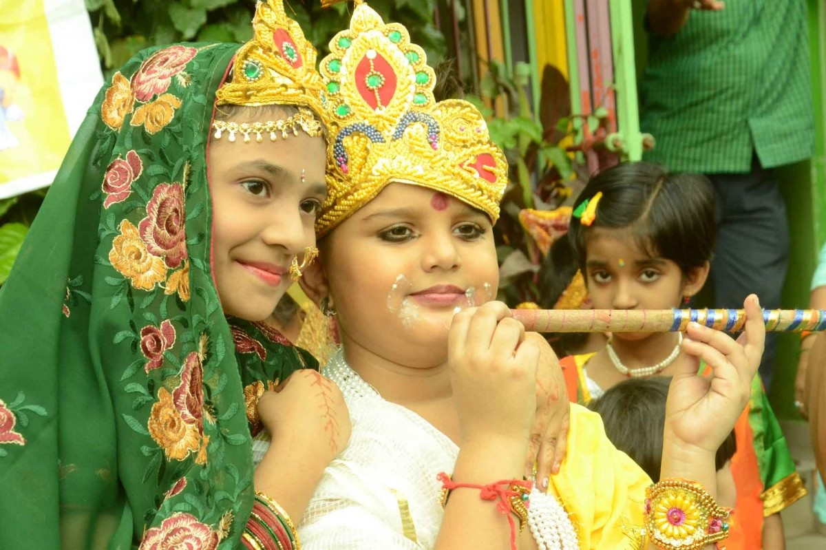 Several schools organise different kinds of events like puppet shows, fancy dress competitions and drama on the deity's life. Children dress up as Krishna and perform in drama on the deity's life.