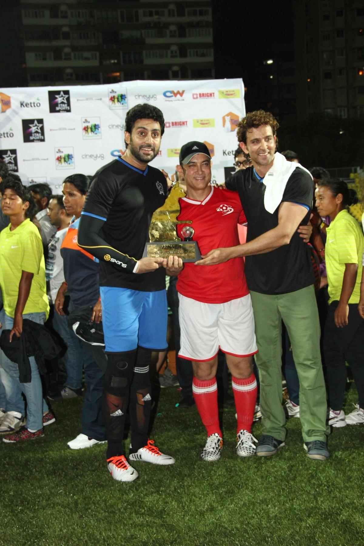 Abhishek Bachchan, Aamir Khan and Hrithik Roshan holding the trophy