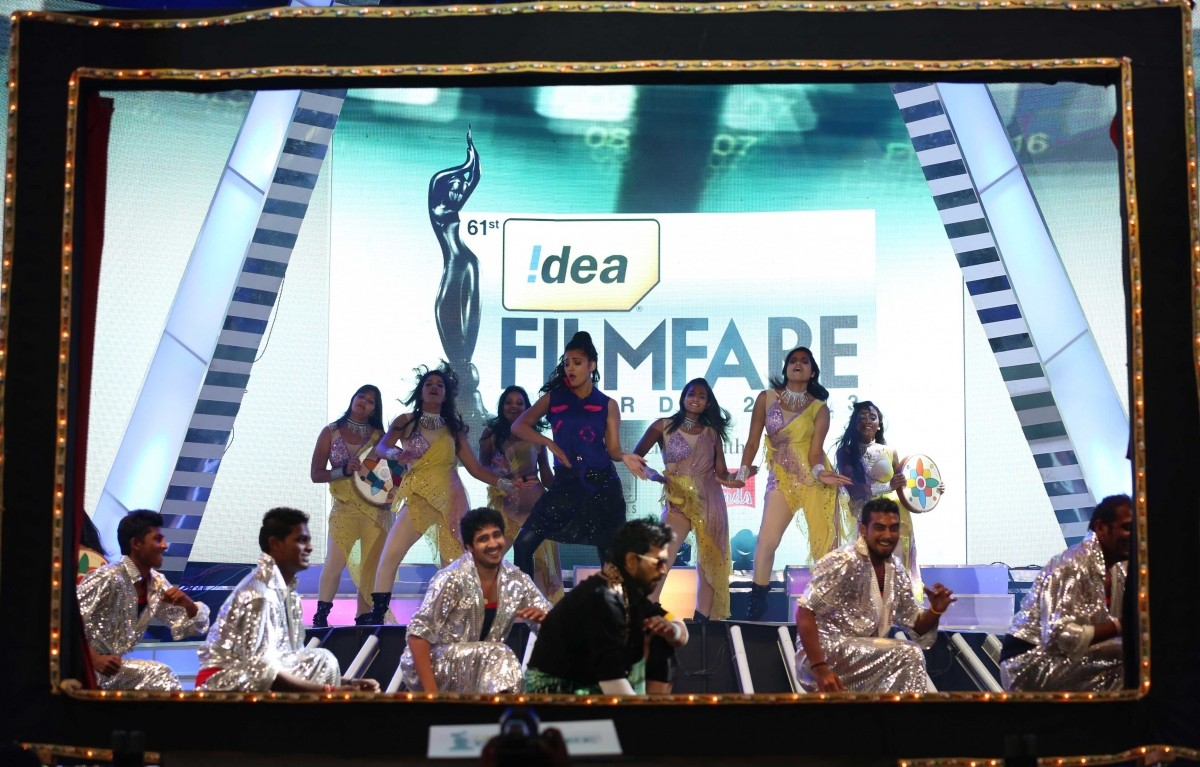 Shruti Haasan performing at filmfare awards