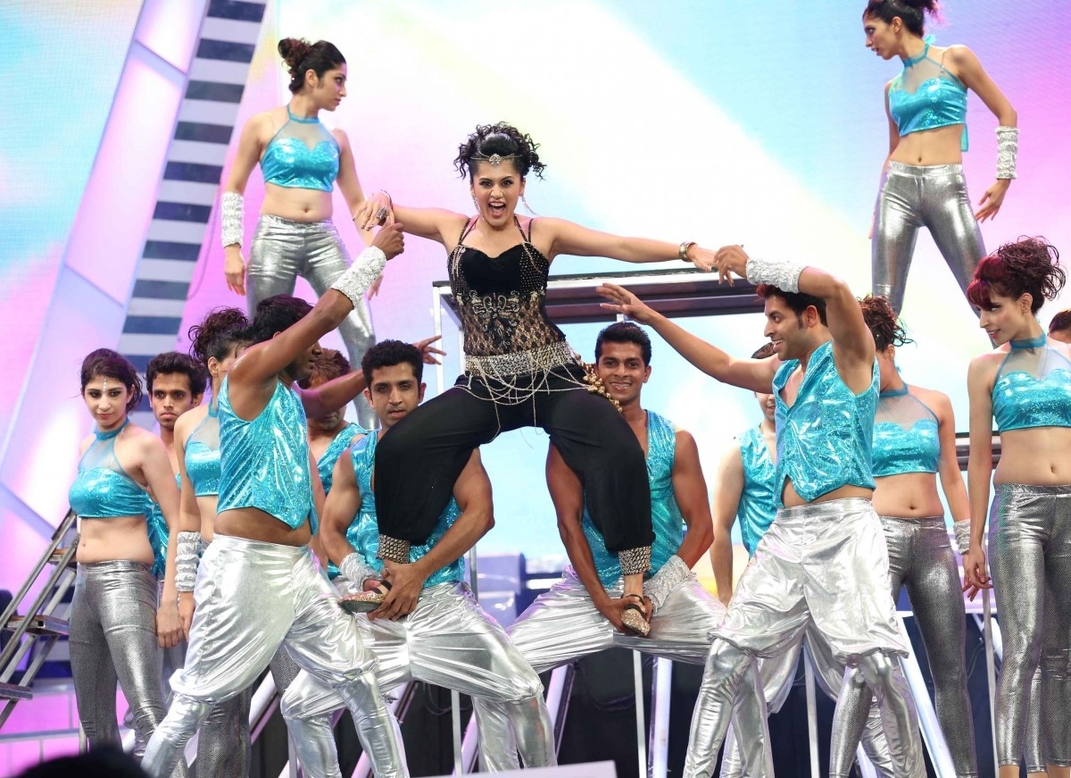 Taapsee Pannu performing at filmfare awards