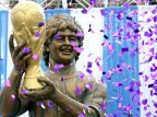 Football legend Diego Maradona unveiled a statue of himself at a grand Indian reception in Kolkata.