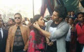 The by-lanes of Delhi's Janpath Market witnessed a rather unusual sight on Saturday afternoon. Bollywood's much desired pair, Aditya Roy Kapur and Katrina Kaif took to the streets on a shopping spree. Fitoor's lead pair, Aditya-Katrina who takes on a promotional tour in Delhi took to the fashion street of Delhi's famous Janpath Market.