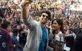 Aditya and Katrina visited Ahmedabad's Karbavati Dental College. The lovely pair was greeted by an enthusiastic crowd of budding dentists. Aditya strummed his guitar and sang the title track from the film-'Fitoor' and left the crowd completely mesmerized. Aditya and Katrina also took a selfie with the crowd present.