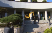 South Korea: Man crashes digger into prosecutors building to protest against Presidents friend