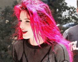 Bella Thorne debuts dramatic pink hair makeover.