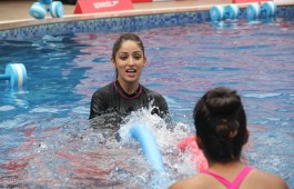 bollywood-actor-yami-gautam-practice-speedo-aquafit-vertical-underwater-fitness-training-program