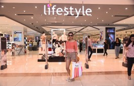 bollywood-actress-radhika-apte-spotted-lifestyle-showroom