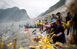 relatives-victims-burn-incense-paper-money-mourn-their-dead-relatives-site-landslide