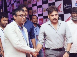 Pawan Kalyan, Vikram at Mirchi Music Awards 2016.