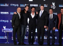 Bollywood actor Shahrukh Khan with Bollywood choreographer Shiamak Davar (L) U.S. Consul General Thomas L Vajda and Aly Morani, Director of Cineyug Films Pvt Ltd (R) during the press conference to announce the launching of Indian Academy Awards (IAA) in Mumbai, India on December 21, 2016.