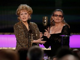Actress Debbie Reynolds (L) accepts the life achievement award from her daughter actress Carrie Fisher at the 21st annual Screen Actors Guild Awards in Los Angeles, California January 25, 2015.