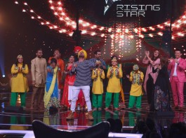 The Dabbang girl of Bollywood, Sonakshi Sinha went LIVE on COLORS singing reality show Rising Star for the promotion of her upcoming movie 'Noor'. Along with encouraging the talents of the competition, Sona took the opportunity and showed of her singing prowess, be it performing LIVE with Diljit Dosanjh to performing the Rap 'Move Your Luk Baby' from the movie 'Noor'.