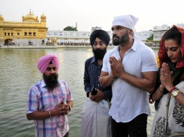 Suniel Shetty pays obeisance at the Golden Temple.