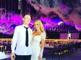 Canadian DJ Deadmau5, whose real name is Joel Thomas Zimmerman is now married to his girlfriend Kelly Fedoni. The popular 36-year-old DJ got married in a ceremony that included pyrotechnics in backyard by the swimming pool, reports billboard.com.