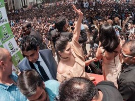 Bollywood actress Sunny Leone on Thursday took Kerala's Kochi city by storm. Thousands swarmed the streets, disrupting traffic, as the Canadian-born came calling to attend a function.