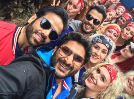 Actor Arshad Warsi on Monday took to Twitter, where he shared a photograph of himself along with actor Kunal Kemmu and Tusshar Kapoor from the film's set.