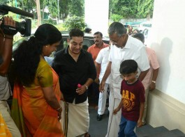 Noted film actor Kamal Haasan and Kerala Chief Minister Pinarayi Vijayan met here on Friday and discussed, among other things, the political situation in Tamil Nadu.