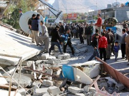 Residents look at a damaged building following an earthquake in the town of Darbandikhan, near the city of Sulaimaniyah, in the semi-autonomous Kurdistan region, Iraq November 13, 2017.