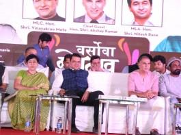 (L-R) Hon. Dr. Bharati Lavekar, MLA - Versova Constituency, Shri. Devendra Fadnavis, Chief Minister, Maharashtra, Actor Akshay Kumar and Dancer and choreographer Remo D'souza at Sanitary Pad Machine launch.