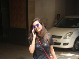 Actress Esha Gupta was clicked by the paparazzi in Bandra.