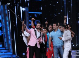 Salman, host Jai and contestants take a selfie on Zee TV's Dance India Dance 5