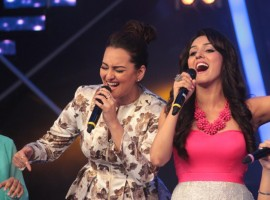 Bollywood Actress Sonakshi Sinha croons Har Kisiko Nahin Milta with Neeti Mohan on Indian Idol Junior.