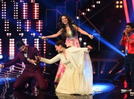 Bollywood Actress Sonakshi Sinha dances on Chaiyya Chaiyya on the sets of Indian Idol.