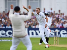 Stuart Broad became the fifth England bowler to take 300 Test wickets on the first day of the fourth Ashes Test.