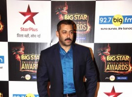 Big Star Entertainment Awards 2015 held on Sunday Night (13 December). Salman Khan, Deepika Padukone, Varun Dhawan, Ranveer Singh, R. Madhavan, Elli Avram, Athiya Shetty, Sonam Kapoor, Varun Dhawan, Amitabh Bachchan and many other celebs attended the event.
