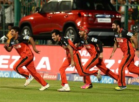 Royal Challengers Bangalore batsmen AB De Villiers and Iqbal Abdullah guided the team to a four-wicket win against Gujarat Lions in the first qualifier of IPL match on Tuesday at the Chinnaswami stadium. RCB scored 159/6 to snatch the victory from the Lions with 10 balls to spare. With an asking rate of 7.5 runs in 20 overs, Royal Challengers started off shakily, losing wickets early. Gujarat Lions bowler Dhawal Kulkarni ripped apart RCB top order, castling both the openers Virat Kohli for duck and Chris Gayle nine.