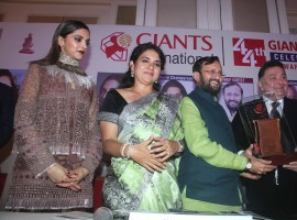 Celebs like Deepika Padukone, Rishi Kapoor, Shaina NC, Prakash Javdekar, Gurmeet Ram Rahim Singh Insan, Armaan Jain, Salma Agha and others graced Giant International Award 2016 event.