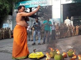 Jayalalithaa's supporters performed a special puja at Apollo Hospitals today.